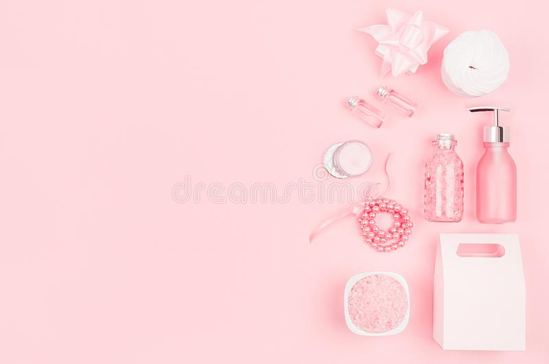 身体和皮肤护理的,构成-奶油,肥皂,精油,化装棉,海绵,首饰,礼物盒柔和的软的桃红色化妆集合 免版税库存图片