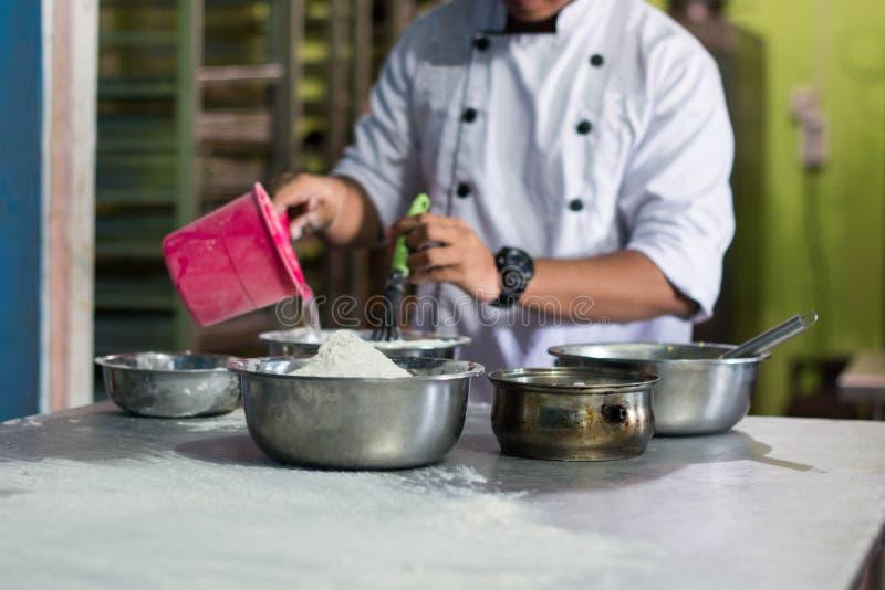 身体局部在厨房的厨师酥皮点心 免版税库存照片