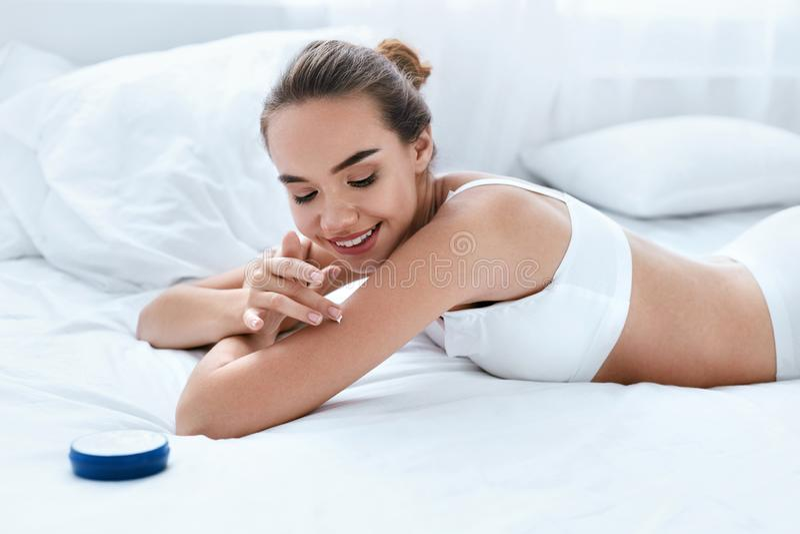 趴在少女肉体上_身体护肤 应用在皮肤的美女润肤膏. 关心, 整容术.