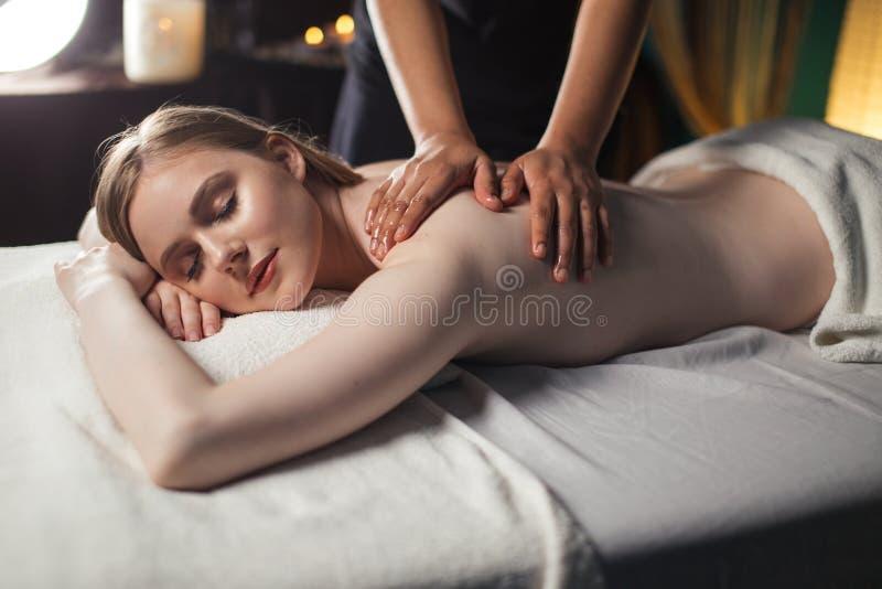 身体按摩在生理治疗师办公室 免版税图库摄影