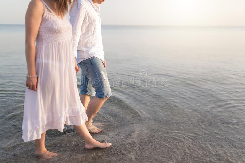 身体特写镜头和拷贝空间的金黄沙子 年轻爱恋的夫妇 库存图片