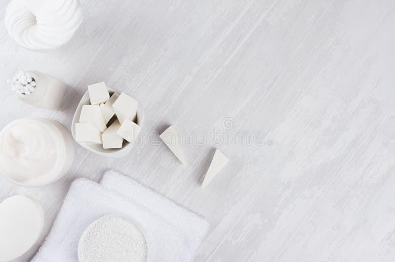 身体的另外白色温泉产品集和护肤当高雅纯净的白色化妆背景,拷贝空间 免版税图库摄影