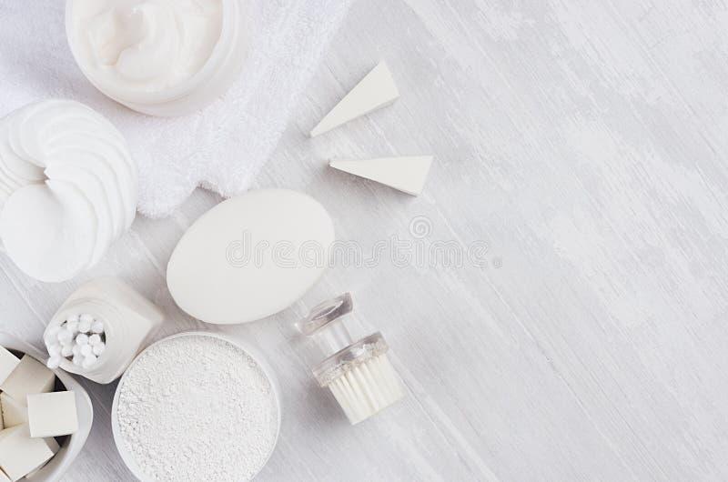 身体的另外白色温泉产品集和护肤当高雅纯净的白色化妆背景,拷贝空间 库存照片