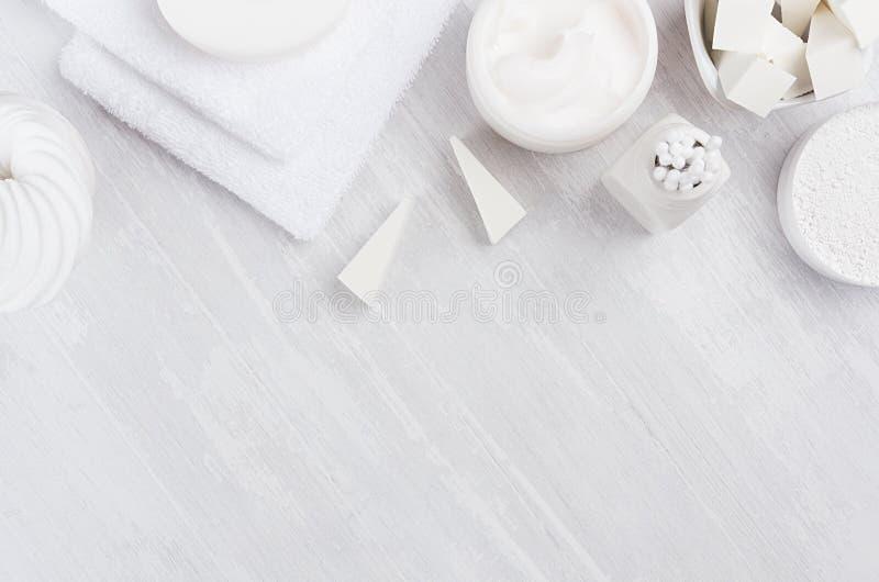 身体的另外白色温泉产品集和护肤当高雅纯净的白色化妆背景,拷贝空间 免版税库存图片