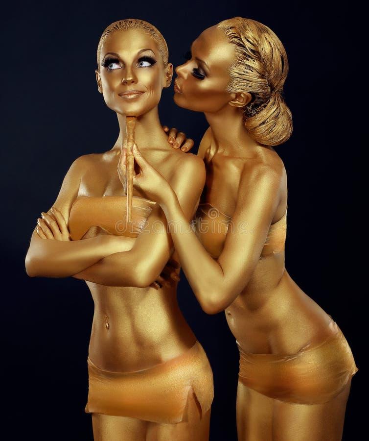 身体画图 两名妇女绘了金子 狂欢节 免版税库存图片
