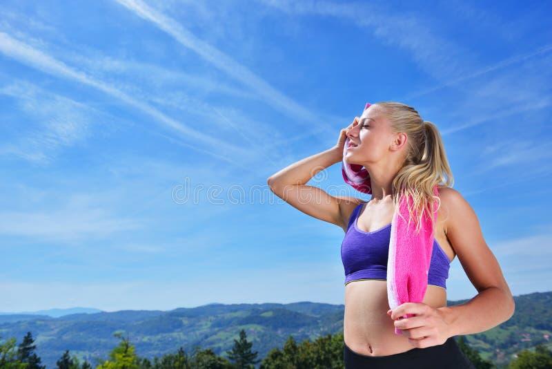 满身是汗的健身妇女在训练以后疲倦了 免版税图库摄影