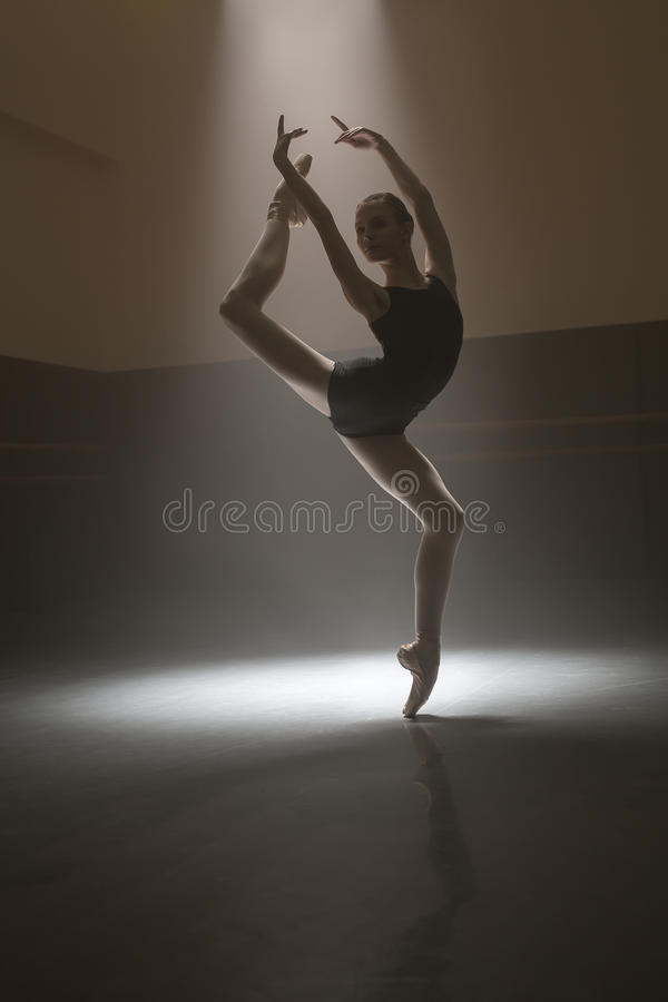 黑紧身连衣裤的芭蕾舞女演员 库存图片