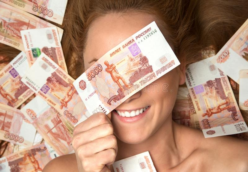 躺下与许多的少妇兑现金钱五千俄罗斯卢布笔记接近的眼睛 库存图片