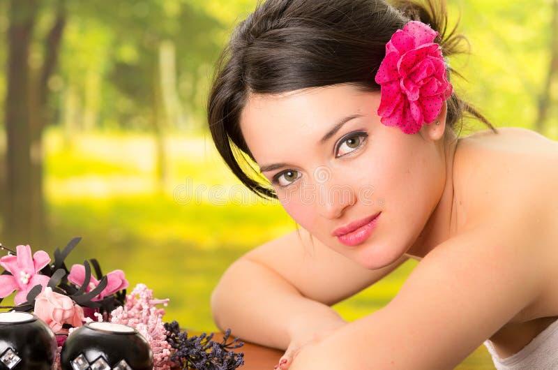 躺下在室外温泉的美丽的深色的妇女 库存图片