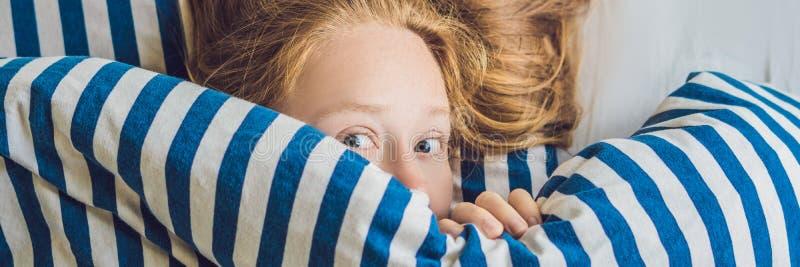 躺下在床和睡觉上的美丽的少妇 不要得到足够的睡眠概念横幅,长的格式 免版税库存图片