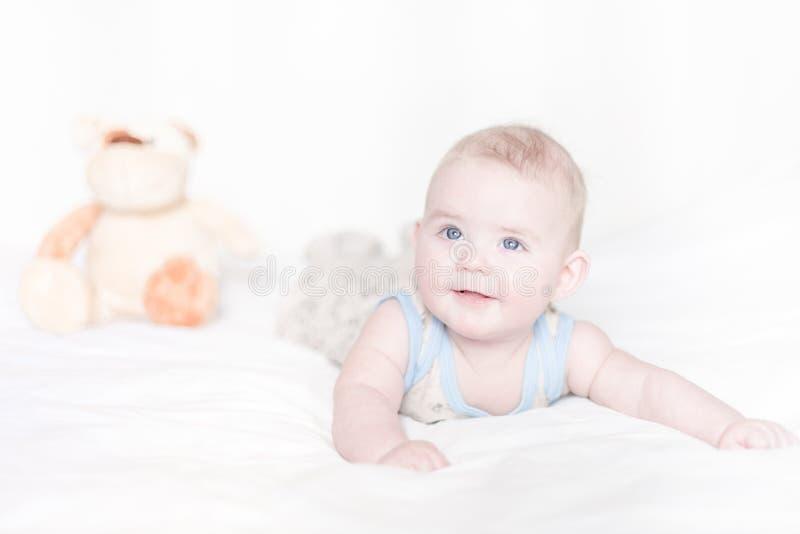 躺在床上的小男孩 库存照片