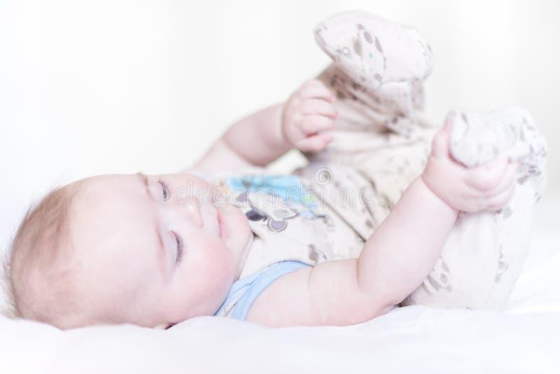 躺在床上的小男孩 免版税库存图片