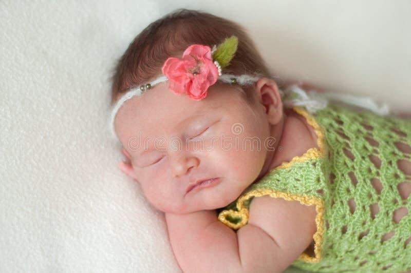 躺在床上的平安的婴孩,当睡觉在一间明亮的屋子时 免版税库存照片