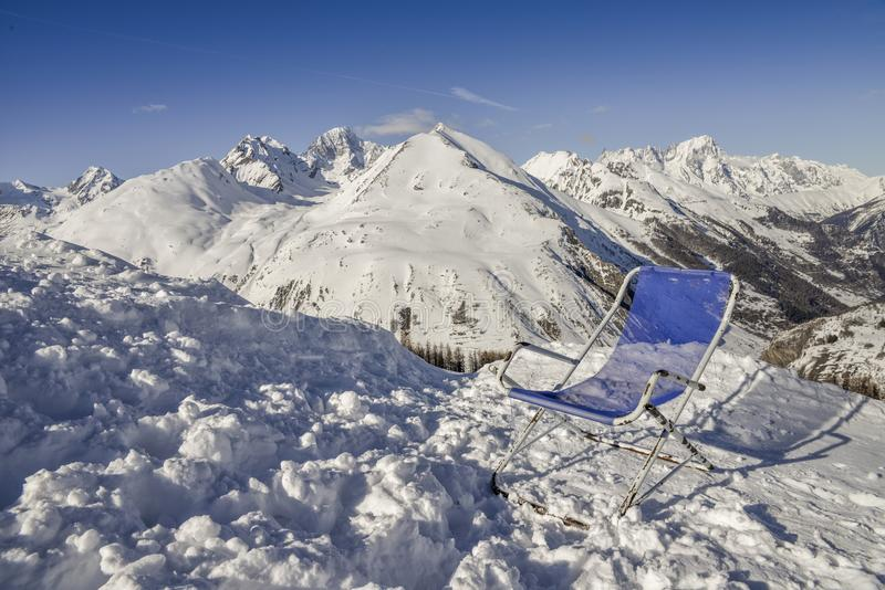 躺椅在瓦尔d `奥斯塔地区的俯视一个谷,意大利 免版税库存图片