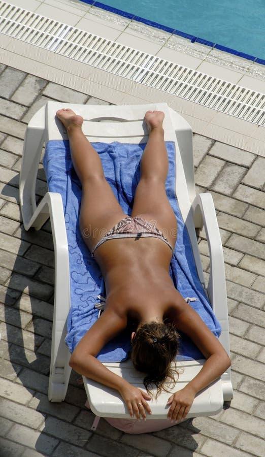 躺椅妇女 免版税库存图片