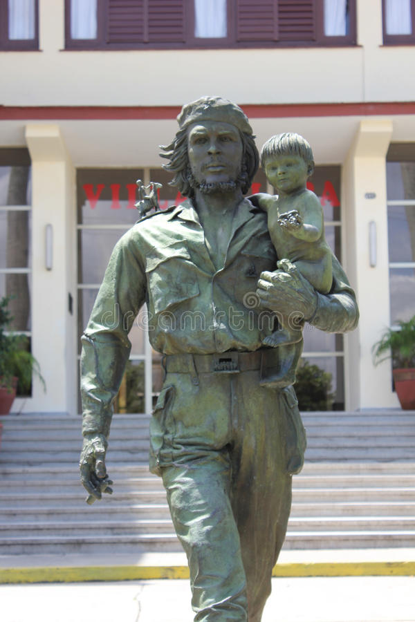 车公和儿童雕象在圣克拉拉,古巴 免版税库存图片