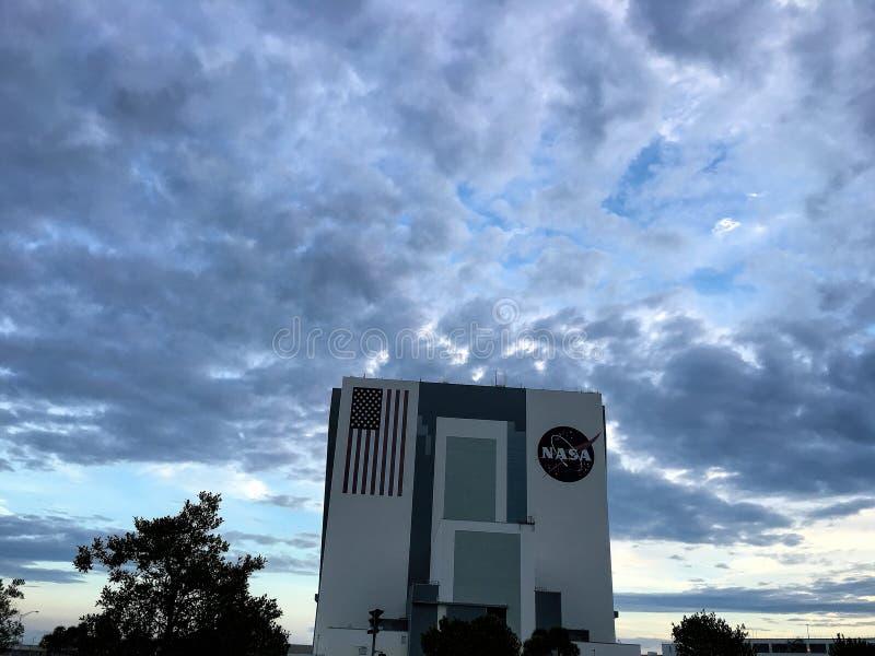 车在美国航空航天局肯尼迪航天中心的汇编大厦 库存照片