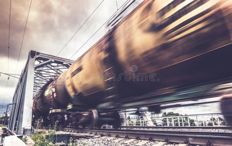 货车审阅桥梁,有行动迷离作用的铁货车 免版税库存照片