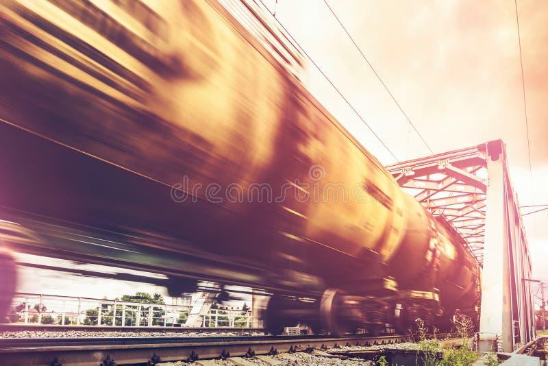 货车审阅桥梁,有行动迷离作用的铁货车 库存照片