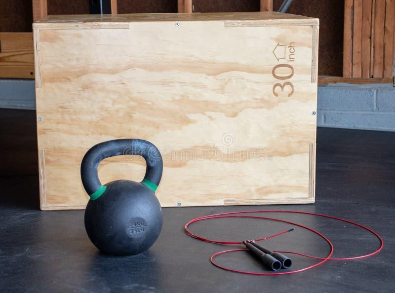车库健身房锻炼设备 库存图片