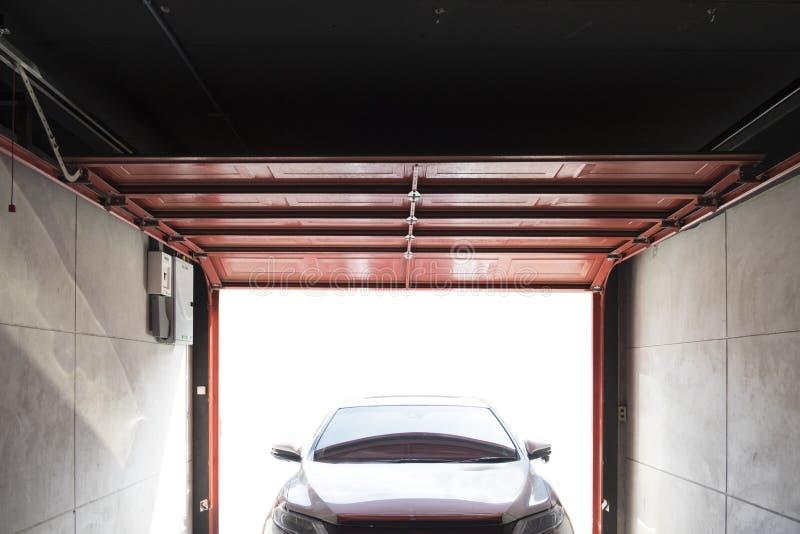 车库在车库打开汽车的门停放 库存照片