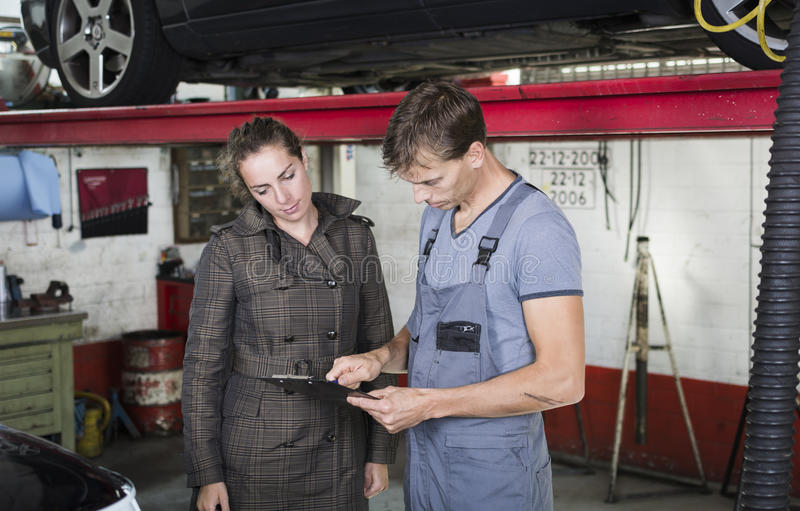车库工作者和客户 免版税库存图片