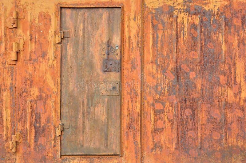 车库的生锈的金属墙壁 免版税库存照片