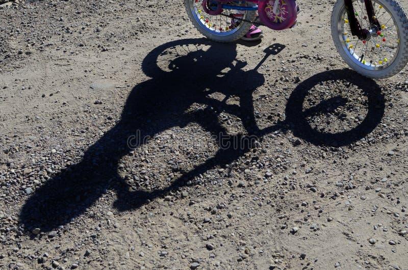 车手和自行车的山骑自行车的阴影 图库摄影