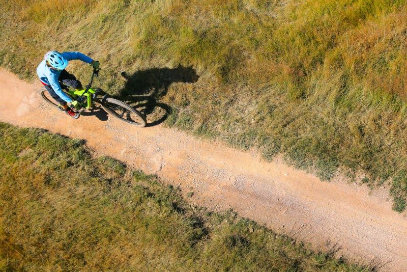 车手顶视图 极端下坡山骑自行车 免版税库存图片
