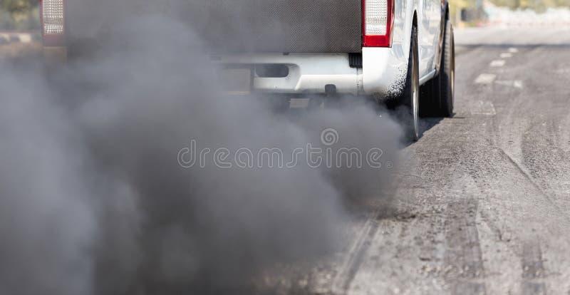 从车排气管的大气污染在路 免版税库存照片