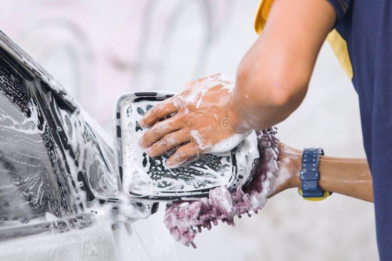 洗车有海绵的sideview镜子 免版税库存照片