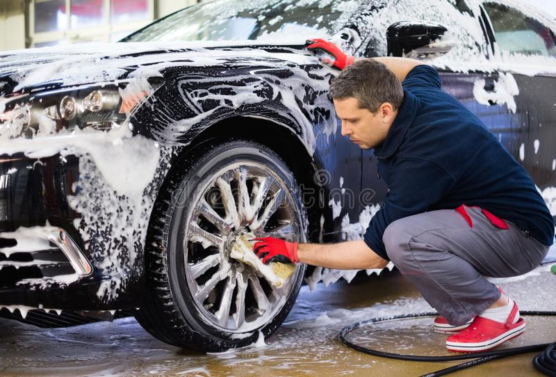 洗车的人工作者 库存照片