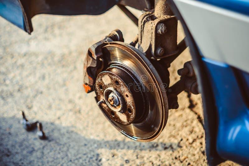 车的盘式制动器修理的 免版税库存照片