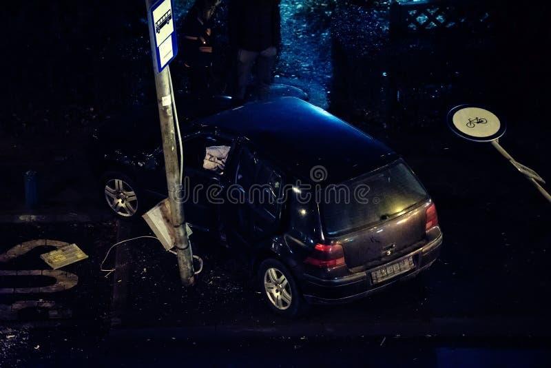 车祸事故在城市街道上的晚上 免版税库存图片