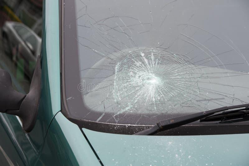 车祸捣毁的打破的挡风玻璃 库存图片