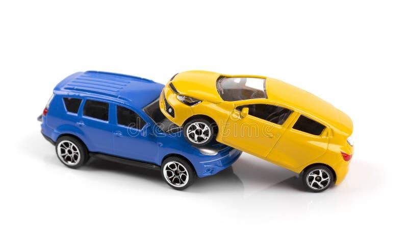 车祸概念,在白色隔绝的两辆玩具汽车 免版税库存图片