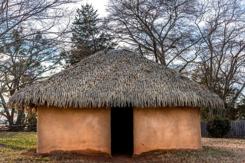 车落基印第安人和atsina印度部落使用的典型和历史篱笆条和涂抹房子 免版税库存图片