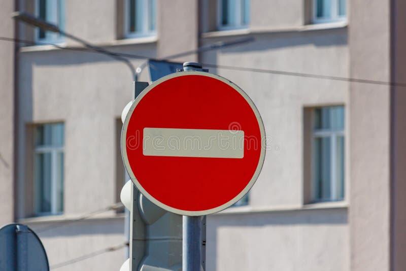 车路标段落被禁止对大厦墙壁在好日子特写镜头的 免版税库存照片