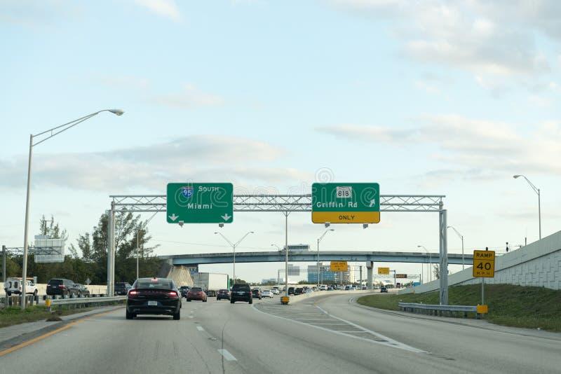车辆驾驶在高速公路在迈阿密 免版税图库摄影