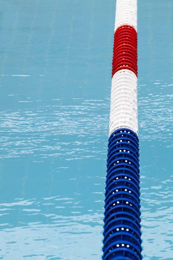 车道分切器,水池标志线 蓝色清水 免版税库存图片