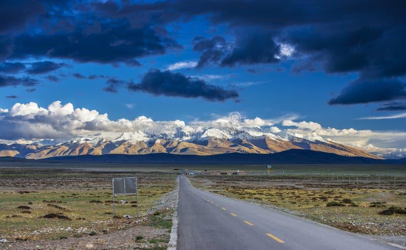 车道向纳木那尼峰,西藏 登上Naimona'nyi或备忘录娜妮, 库存照片