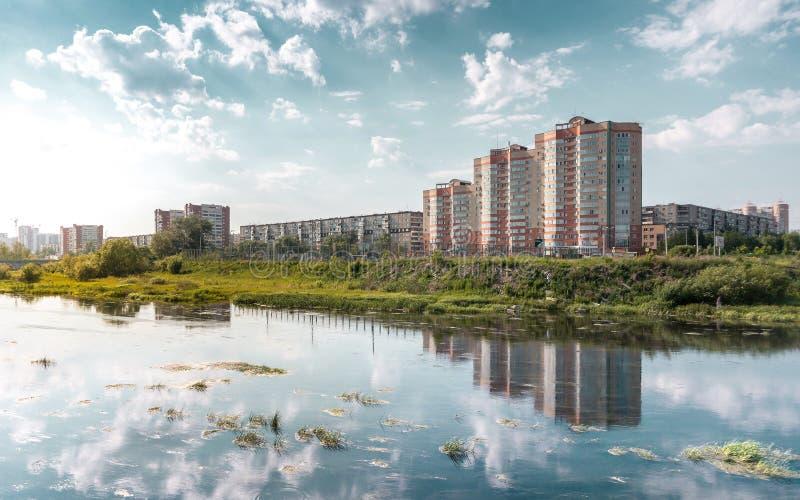 车里雅宾斯克与一条蓝天和Miass河的市风景 免版税库存照片