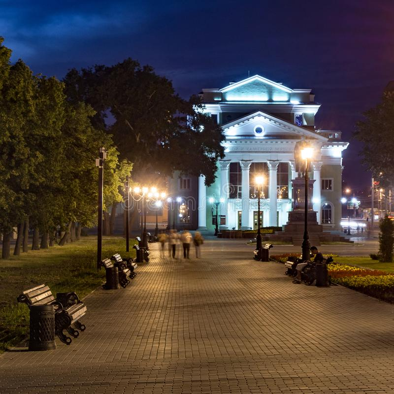 车里雅宾斯克市在中心在与人走的晚上 库存图片