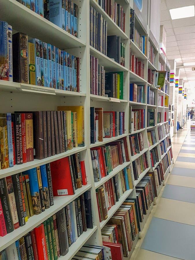 车里雅宾斯克,俄罗斯联邦,2019年3月25日,说谎在架子的各种各样的五颜六色的书行在书店 免版税库存照片