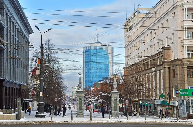 车里雅宾斯克,俄罗斯,2018年12月,01日 走在基洛夫Kirovskaya步行街道上的人们在城市o的中心 免版税库存照片