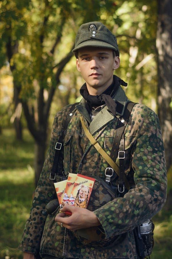 车里雅宾斯克,俄罗斯- 2016年9月24日:二战,德国士兵的历史再制定 免版税库存照片