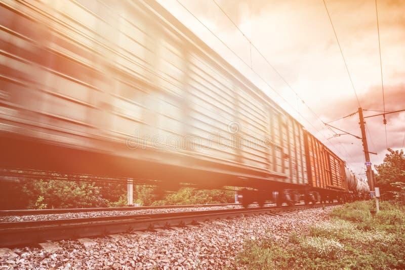 货车,有行动迷离作用的铁货车 运输,铁路 库存照片