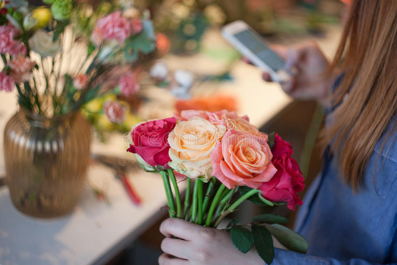 车间卖花人,做花束和花的布置 收集玫瑰的花束妇女 软绵绵地集中 库存图片