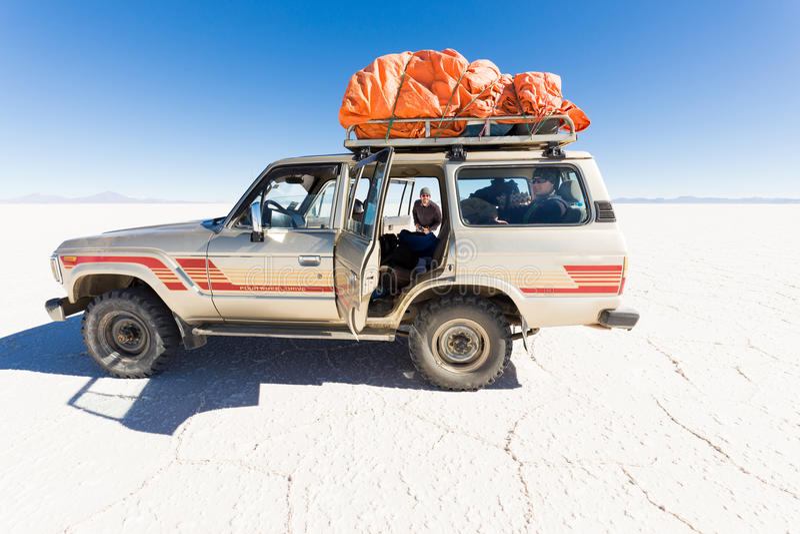 车SUV撒拉族De Uyuni沙漠高原推进旅途 免版税图库摄影