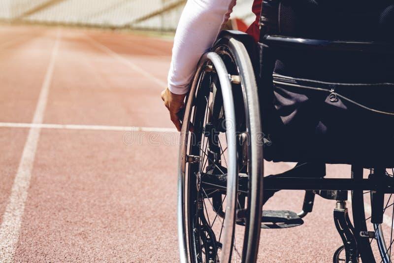 轨道的轮椅运动员 轮椅运动员准备好 免版税库存图片